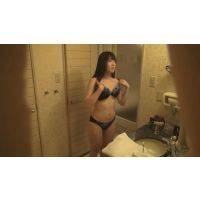 某人気カフェの女性店員の着替え!シャワー室をこっそり撮影