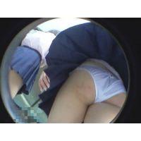 制服娘のスカートが強風で煽られてパンツモロ見え!!