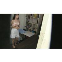 某人気カフェの女性店員の着替え!更衣室をこっそり撮影!!